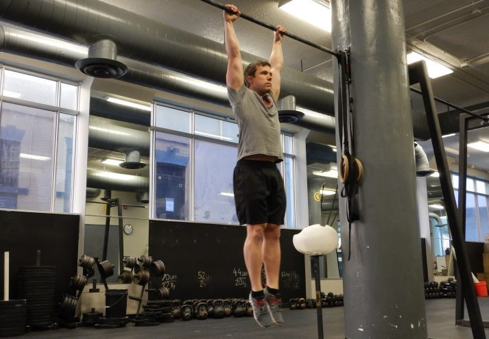 Can you hang from a bar? You can train this to improve grip strength