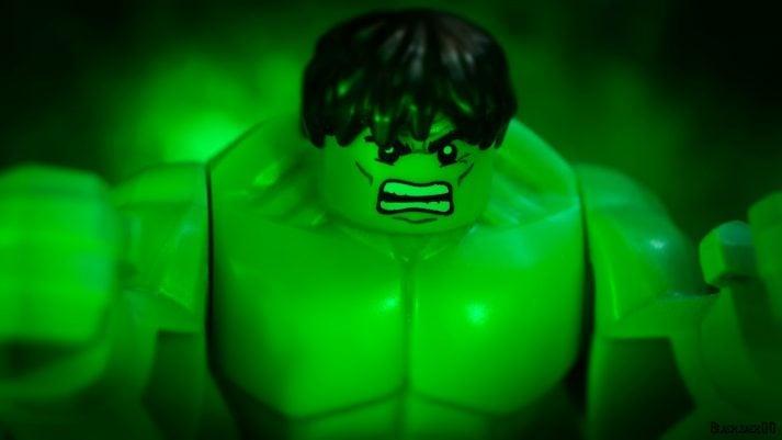 Hulk solo tiene que enojarse para ganar músculo. Tendrás que levantar cosas.