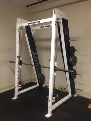 No use la máquina Smith, a menos que sea para las filas invertidas en el gimnasio.