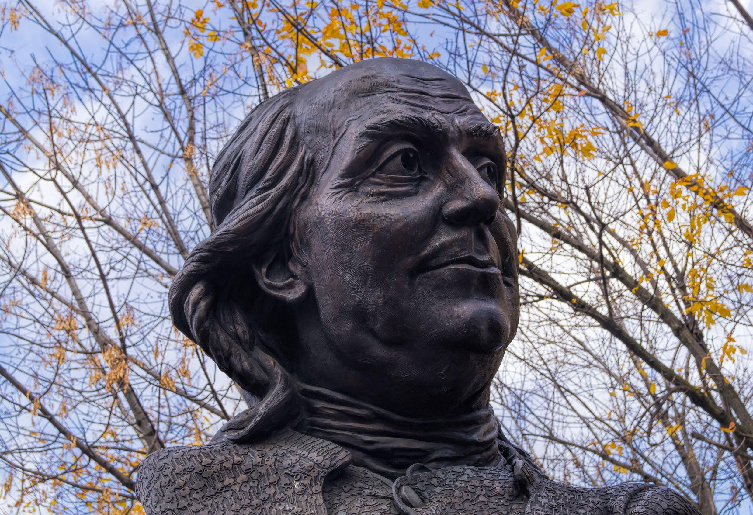 A statue of Ben Franklin